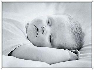 Baby-sleeping-black-and-white